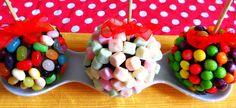 Deliciosas manzanas con una capa de chocolate y cubiertas de jelly beans, marshmallows o skittles.