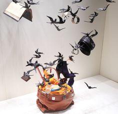 Hermes Window Display by Pamen Pereira http://vimeo.com/66631590 http://www.missatlaplaya.com/2012/09/birds-flying-in-the-hermes-store/