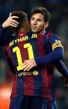 Messi y Neymar se abrazan tras el 3-0