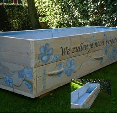 Bijzondere afscheidskisten via memoriauitvaartzorg.nl Funeral Sprays, Diy Wood Projects, Casket, Coffin, Cemetery, Toy Chest, Storage Chest, Display, Halloween
