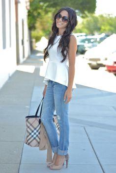 bekleidung lässig elegant bluse weiß jeans absatz schuhe handtasche