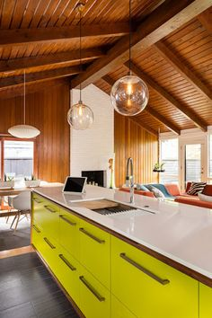 I just love this updated midcentury modern space! The kitchen has these wonderful lime fronts on walnut veneered plywood. I love the wood ceiling and beams, that continue on the back wall… and am so glad they haven't painted them white!