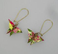 Boucles d'oreilles Papillon vert et mauve avec long crochet : Boucles d'oreille par terredepassion