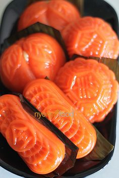 Angku Kuih (Red Tortoise Cake) - Small dark orange oval nyonya delicacy which is made with glutinous rice flour wrapped with green bean filling Easy Asian Recipes, Easy Delicious Recipes, Easy Cake Recipes, Yummy Food, Japanese Recipes, Sweet Recipes, Malaysian Dessert, Malaysian Food, Malaysian Recipes