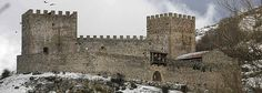 Castillo de Argüeso. Campoo de Suso (Cantabria) Gracias a la donación, al ayuntamiento, de la hija del dueño y heredera, que puso como condición, que se reconstruyera y se cuidara. Así hoy podemos disfrutar, de este magnifico lugar.