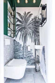 Het toilet heeft een tropische sfeer. Dit is gecreëerd door middel van het gebruik van de kleuren wit en groen en het vliesbehang op de muur. De palmbomen zijn de grote blikvanger in de ruimte en sfeerbepalend. De kleur groen is gebruikt voor de kast en het plafond. De kast is achter de toiletpot gemaakt en bestaat uit twee grote deuren. Aan het plafond zijn zes lampen geschroefd. Qua verlichting is gekozen voor grote ronde globelampen.