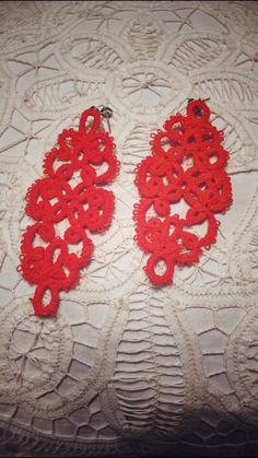 orecchini arancioni, lunghi, realizzati con il chiacchierino ad ago. disponibile in altri colori.