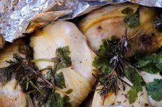 Pollo al cartoccio con limone e spezie, pollo al forno, ricetta facile, veloce, secondo light, pollo morbido, ricetta per la dieta, sale di cervia, rosmarino, salvia spezie miste