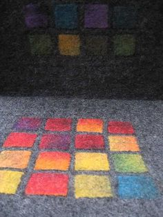 Aus Regenbogenfilz kleine Quadrate ausgeschnitten und auf anthrazitfarbene Vlieswolle aus deutscher Merino und Gotland aufgefilzt - ... anaj - myblog.de Wet Felting Projects, Felting Tutorials, Nuno Felting, Needle Felting, Blanket On Wall, Felt Pictures, Baby Boy Quilts, Floor Art, Handmade Felt