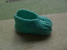 Esta sapatilha é muito fácil de fazer, é inspirada numa receita de sapatinho de adulto que você encontra em blogs pela net.  Para fazê-la, u...