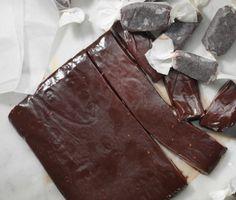 Hallonkola är en riktig kolafavorit – här får den dessutom en chokladig ton som gör att den blir nästan oemotståndlig. Få till kolakonsistensen genom att använda en termometer, eller gör det klassiska kulprovet.