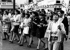 No hubo, en el movimiento estudiantil de hace 40 años en México, escuela o facultad ajena a los reclamos democráticos de los estudiantes. Salieron a las calles, por igual, biólogos que arquitectos, sociólogos que ingenieros. Ninguna marcha fue violenta. Esta marcha es de agosto de 1968, organizada por alumnos del IPN FOTO: Archivo ELUNIVERSAL