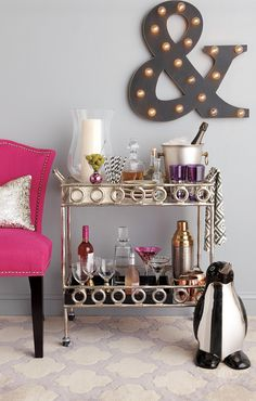 Must-Have: Mini Bar Cart – 15 pics Mini Bars, Bar Cart Styling, Bar Cart Decor, Decoration Inspiration, Decoration Design, Decor Ideas, Bar Deco, Cocktails Bar, Gold Bar Cart