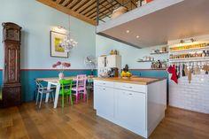 La cuisine avec un îlot central sous la mezzanine et la salle à manger. Un canut Mix & Match dans un esprit loft atelier © www.lalaklak.com © photos Thomas Marquez