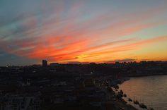 •🇫🇷🇺🇸• 🗺 Coucher de soleil ➰ Sunset 📍 Porto ( Portugal ) 🇫🇷Lors de mon week-end à Porto, j'ai eu la chance d'assister à un super coucher de soleil. La photo était prise d'une plate-forme se trouvant au bout du Grand pont Dom Luis. Nous étions nombreux à cet endroit à attendre que ses magnifiques couleurs arrivent dans le ciel.  À voir ce ciel qui s'embrase et la ville qui s'illumine était super ! ✒️ Partagez avec nous l'endroit où vous avez pris le plus beau coucher de soleil ? 🖋…