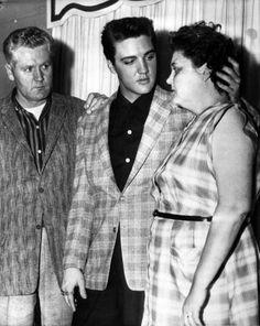 Photo Memories of Elvis Aaron Presley (January 1935 - August - Online Memorial Website Elvis And Priscilla, Priscilla Presley, Lisa Marie Presley, Elvis Presley Pictures, Elvis Presley Family, Bilder Von Elvis Presley, Sean Leonard, Leonard Nimoy, Young Elvis
