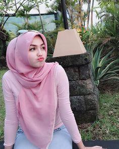 Pin Image by Bunda Hijaber Beautiful Hijab Girl, Beautiful Muslim Women, Casual Hijab Outfit, Hijab Chic, Hijabi Girl, Girl Hijab, Moslem, Hijab Jeans, Muslim Beauty