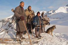 Hoje em dia, existem apenas cerca de 44 famílias dukha.  Isso totaliza 200-400 pessoas. A população de renas, grandes parceiras da tribo, está diminuindo também. Os dukha são uma tribo nômade, bastante isolada, que habita a Mongólia.  Fotografia: Hamid Sardar-Afkhami.