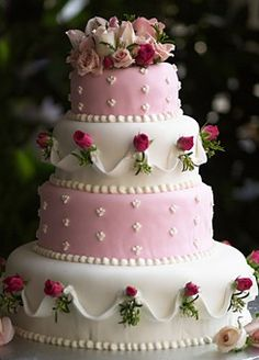 Very pretty and romantic wedding cake.  Lovely detail.   ᘡղbᘡ