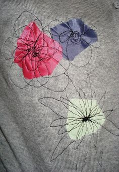 couvrir trous et taches twobutterflies: Anthropologie Inspired. A great way to cover holes or stains.Tutorial (sort of): Anthropologie Inspired Cardigan RefashionAwesome idea for embellishing stuff. Would work great for patching jeans or covering set Freehand Machine Embroidery, Free Motion Embroidery, Embroidery Stitches, Hand Embroidery, Fabric Art, Fabric Crafts, Sewing Crafts, Sewing Projects, Diy Crafts