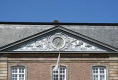 Timpaan: 3 - hoekig 'dakje' bovenop de tempel, vaak versierd met beeldhouwwerk.