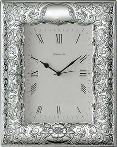 Elegancki zegar w srebrnej ramce o bogatym zdobieniu, stanowi doskonały prezent z okazji urodzin. #podziekowania #rocznica #slub