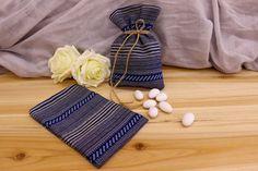 Πουγκί Υφασμάτινο Boho BBF-094730-1  Υφασμάτινο πουγκί boho παραδοσιακό, μπλε.Δημιουργήστε εύκολα και γρήγορα μια μπομπονιέρα όπως εσείς την έχετε σκεφτεί. Συνδυάστε με μια μεγάλη ποικιλία χρωμάτων και υλικών, κορδέλες, κορδόνια, δαντέλες και ξύλινα ή μεταλλικά διακοσμητικά στοιχεία (μοτίφ) και αφήστε τη φαντασία να σας οδηγήσει.Διαστάσεις: 11x19cm