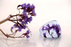 Anillo lila de flores naturales eco resina  botánico  por Neraidas