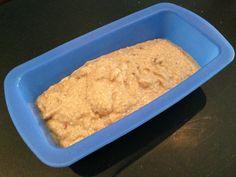 Giet het eimengel in de cakevorm voor gezond bananenbrood