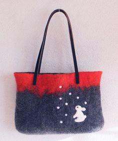 ふわり羊毛フェルトのバッグです。粉雪の下、待ちぼうけのうさぎ。持ち手は黒の本革です。・本体サイズ : 底面横約30cm×縦約20cm・マチ :底面...|ハンドメイド、手作り、手仕事品の通販・販売・購入ならCreema。