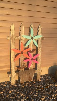Best Garden Decorations Tips and Tricks You Need to Know - Modern Pallet Crafts, Wooden Crafts, Diy Wood Projects, Diy And Crafts, Wood Yard Art, Fence Art, Wood Art, Wood Craft Patterns, Garden Wall Art