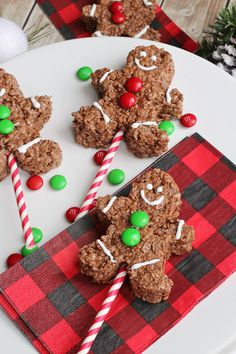 Chocolate Rice Krispie Gingerbread Men Pops - Clean and . rice crispy treats christmas ideas Chocolate Rice Krispie Gingerbread Men Pops - Clean and . Rice Crispy Treats Christmas, Easy Christmas Treats, Christmas Desserts, Holiday Treats, Simple Christmas, Christmas Ideas, Christmas Recipes, Christmas Candy, Christmas Rice Krispies
