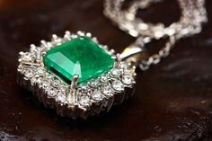 What does it mean to dream of seeing a diamond? Did you buy a diamond? Dream dictionary will interpret the symbolic meaning of a diamond in a nightmare. Emerald Jewelry, Gold Jewelry, Fine Jewelry, Cameo Jewelry, Emerald Necklace, Emerald Gemstone, Emerald Green, Rare Gemstones, Natural Gemstones
