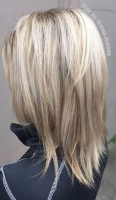 Hairstyles 2020 Trends Beautiful white-honey color for winter. 2020 Trends Beautiful white-honey color for winter. Haircuts For Medium Hair, Medium Hair Cuts, Medium Hair Styles, Curly Hair Styles, Medium Length Hair With Layers, Short Layers, Bob Hairstyles, Layered Hairstyles, Simple Hairstyles