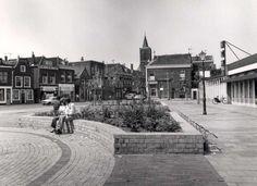 Datering tot: 1977-12-31 Beschrijving: Het plein voor de noodbehuizing van de Hema gezien naar de zuidgevel van de Lange Kerkstraat.