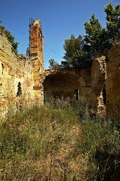 Prima di entrare nella piazza, sulla sinistra della strada di accesso, il rudere di una piccola chiesa abbandonata.