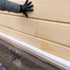 Tässä taiten tehty julkisivun paikkauskorjaus. Vaurioituneet laudat on paikattu uudella vastaa alla tavaralla vanhat dimensiot säilyttäen. Mikä parasta on uudesta laudasta otettu kutterin eli nykyisen pyörivän konehöylän terän jättämä aaltojälki pois. Kuten vaimon hanskasta näkyy on kyseessä varsin järeä höylätavara! Kivijalan betonilevike olisi toki kannattanut suojata ennen maalausta... #puupaikkaus #rakennusrestaurointi #byggnadsvårdipraktiken #restaurointi #entisöinti #rakennusperintö…