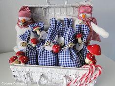 Christmas  Adventskalender Adventskalender Ein Weihnachtskalender in der Farbe blau und weis, der jedes Jahr wieder verwendet werden kann. Er besteht aus 77 Einzelteilen.       Er ist durch sei