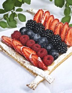 "Une ode aux fruits d'été.. Découvrez la préparation de la recette ""Tarte aux fruits des bois sans gluten de Christophe Michalak"" A Table, Ethnic Recipes, Food, Sweets, French Food, Fruit Compote, Gourmet Desserts, Red Berries, Eten"