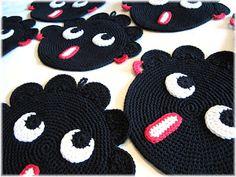 Naisen logiikkaa: 10 pientä neekeripoikaa Crochet Home, Diy Crochet, Crochet Projects, Craft Projects, Crochet Potholders, Yarn Crafts, Pot Holders, Needlework, Kids Rugs