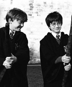 A gallery of Harry Potter and the Sorcerer's Stone publicity stills and other photos. Featuring Daniel Radcliffe, Rupert Grint, Emma Watson, Maggie Smith and others. Harry James Potter, Ron And Harry, Harry Potter Universal, Harry Potter World, Harry Harry, Must Be A Weasley, Ron Weasley, Daniel Radcliffe, No Muggles