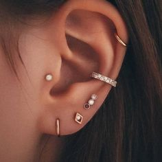 Ear Piercings Chart, Pretty Ear Piercings, Ear Peircings, Types Of Ear Piercings, Ear Piercing For Women, Female Piercings, Ohrknorpel Piercing, Bijoux Piercing Septum, Cartilage Jewelry