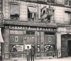 1900 - Cabaret d'Aristide Bruant, 84 boulevard Rochechouart - Paris Gothic Corset, Gothic Steampunk, Steampunk Clothing, Victorian Gothic, Gothic Lolita, Steampunk Fashion, Gothic Fashion, Emo Fashion, Montmartre Paris