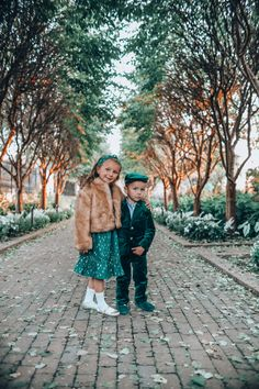 Holiday Family Photos: Coordinating Kids Outfits | Cella Jane