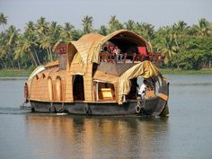 India Tours provided guide to visit kerala - Best Tourist Attractions In Kerala You Must Visit In Holidays Keral have Beautiful Places That Will Make Your Kerala Tour Unforgettable. House Boat Kerala, Kerala Houses, Boat House, Kerala Backwaters, Kerala Tourism, India Tour, Wooden Boats, Water Crafts, Incredible India