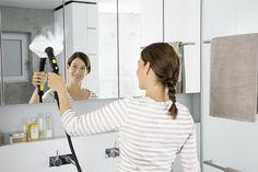 Ποιος θα καθαρίσει τα άλατα στο μπάνιο; ΕΓΩ! Θέλετε υγιεινό καθάρισμα αλλά χωρίς χημικα;  Τα ατμοσυστήματα της Kärcher αποτελούν την κατάλληλη επιλογή για εσάς.  Ξεχάστε το κουραστικό τρίψιμο. Ο ατμός είναι ιδιαίτερα αποτελεσματικός για τη διάλυση και απομάκρυνση ακόμα και της πιο δύσκολης βρωμιάς.  Είτε πρόκειται για τα δάπεδα του μπάνιου, τις βρύσες, τα πλακάκια ή τις γυάλινες επιφάνειες μπορείτε να χρησιμοποιήσετε ένα ατμοσύστημα. Selfie, Mirror, Business, Mirrors, Store, Business Illustration, Selfies, Tile Mirror