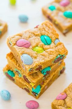 ) - Averie Cooks Fast and easy Easter bars and loaded with chocolate M&M's Eggs galore! SAVE this easy blondie recipe for your leftover Easter candy! Easy Easter Desserts, Easter Appetizers, Easter Dinner Recipes, Easter Brunch, Deserts For Easter, Dessert Recipes, Easter Cookie Recipes, Egg Recipes, Brunch Recipes