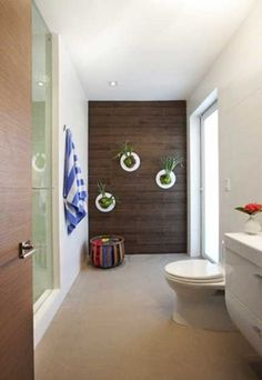 衛浴設計與木牆上掛著室內植物