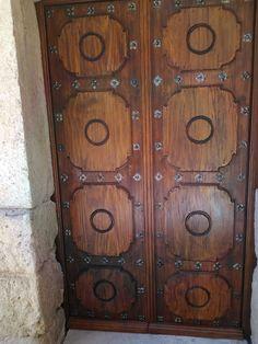 Portón de madera restaurado. Furniture, Home Decor, Ceilings, Wood, Staircases, Decoration Home, Room Decor, Home Furnishings, Home Interior Design
