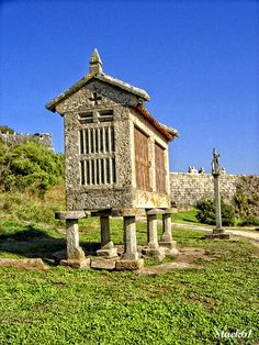 To save the grain - Hórreo gallego Unusual Buildings, Ancient Buildings, Spain And Portugal, Portugal Travel, Archi Design, Beautiful Roads, Farm Barn, Old Farm Houses, School Architecture